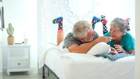 Lycklig pensionär som är hemmastadd i sovrummet stock video