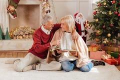 Lycklig pensionär som ser hans fru Royaltyfria Bilder