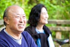 lycklig pensionär för asiatiska par Arkivfoto