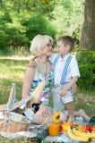 lycklig picknick för familj Arkivfoton