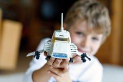 Lycklig pojke för liten unge som spelar med rymdfärjaleksaken Gulligt barn i att ha gyckel i morgonen för skola selektivt arkivfoton