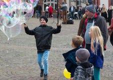 Lycklig pojke för såpbubblaunderhållning Royaltyfria Foton