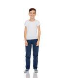 Lycklig pojke i den vit t-skjortan och jeans royaltyfri foto