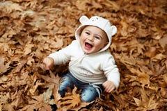 Lycklig pojke i höstskog fotografering för bildbyråer