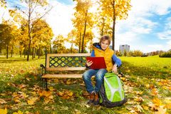 Lycklig pojke i parkera efter skola Arkivbild