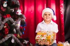 Lycklig pojke i Santas hatt Royaltyfri Bild