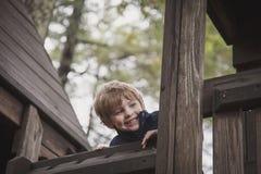 Lycklig pojke i trädhus arkivfoto