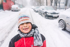 Lycklig pojke i vinter Royaltyfria Bilder