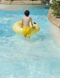 Lycklig pojke i Waterparken Royaltyfri Foto