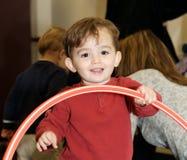 lycklig pojke little som leker Fotografering för Bildbyråer