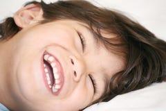 lycklig pojke little som ler Arkivfoto