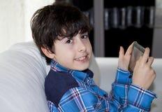 Lycklig pojke med den Digital notepaden Royaltyfri Foto