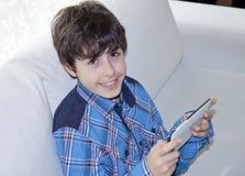 Lycklig pojke med den Digital notepaden Royaltyfri Bild