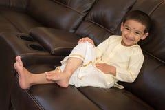 Lycklig pojke med den traditionella södra indiska klänningen Royaltyfri Foto