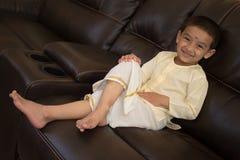 Lycklig pojke med den traditionella södra indiska klänningen Royaltyfria Bilder