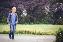 Lycklig pojke med en ryggsäck som går skola Utbildning tillbaka till skolan, folkbegrepp Royaltyfri Foto