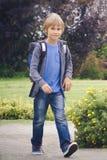 Lycklig pojke med en ryggsäck som går skola Utbildning tillbaka till skolan, folkbegrepp Arkivbild