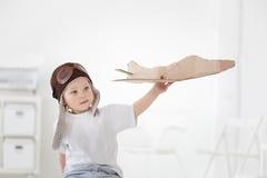 Lycklig pojke med flygplanet Arkivbilder