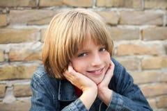 lycklig pojke med härligt leende royaltyfri fotografi