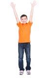 Lycklig pojke med lyftta händer upp. Arkivfoto