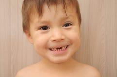 Lycklig pojke med saknade framtänder Royaltyfria Foton