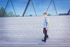 Lycklig pojke med skolapåsen i staden Utbildning tillbaka till skolan, lopp, fritidbegrepp Arkivbilder