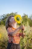 Lycklig pojke med solrosen Royaltyfri Foto