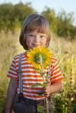 Lycklig pojke med solrosen Arkivbild