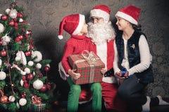 Lycklig pojke och Santa Claus med den stora gåvaasken Arkivfoton