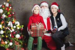 Lycklig pojke och Santa Claus med den stora gåvaasken Royaltyfria Bilder
