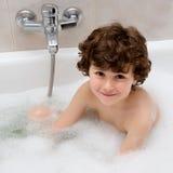 Lycklig pojke på badtid Fotografering för Bildbyråer