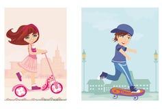 Lycklig pojke på en skateboard och en flicka på sparkcykeln Royaltyfri Foto