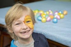Lycklig pojke på påsk 2 Arkivfoton
