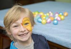 Lycklig pojke på påsken Royaltyfri Foto