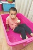 Lycklig pojke som äter päronet Royaltyfria Foton