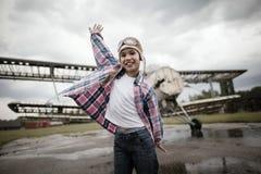 Lycklig pojke som drömmer av att vara pilot- arkivbilder
