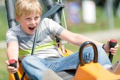 Lycklig pojke som har gyckel på sommarbobspåret arkivbilder