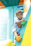 Lycklig pojke som har gyckel på trampolinen utomhus Royaltyfria Foton