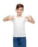 Lycklig pojke som pekar fingret till hans vita t-skjorta royaltyfria bilder