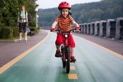 Lycklig pojke som rider en cykel royaltyfria bilder