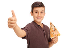 Lycklig pojke som rymmer en skiva av pizza Fotografering för Bildbyråer