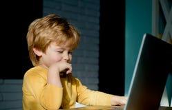 Lycklig pojke som sitter med bärbar datordatoren Prata överensstämmelse Online-kommunikation faktiska v?nner Internet arkivbild