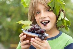Lycklig pojke som slitage nya druvor Royaltyfri Fotografi