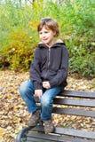 Lycklig pojke som tycker om i nedgångsäsong Royaltyfri Bild