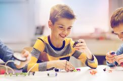 Lycklig pojkebyggnadsrobot på robotteknikskolan royaltyfria foton