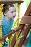 Lycklig pojkeklättring för litet barn på repstegen utanför Royaltyfria Foton