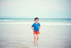 Lycklig pojkestrand royaltyfri bild