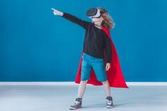 Lycklig pojkeuppklädd som en superhero royaltyfri fotografi