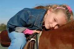 lycklig ponny för barn arkivfoton