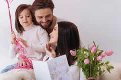Lycklig positiv kvinna som rymmer en vykort för moderdag Royaltyfria Bilder